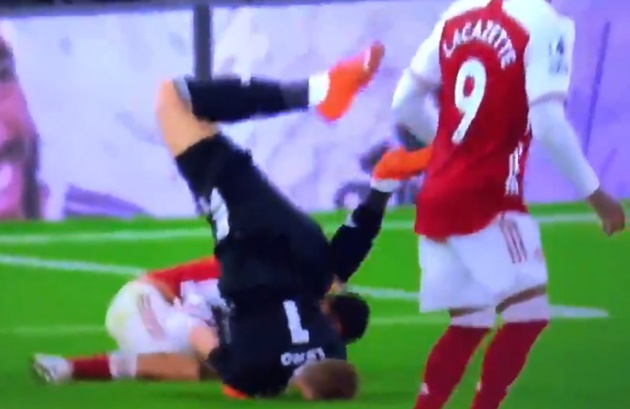 Ceballos and Leno lucky to avoid injury after an awful looking landing from the German keeper - Bóng Đá